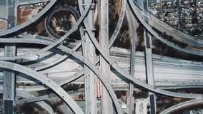 上升在难以置信的复杂高速公路连接点上的顶视图寄生虫在有继续前进多个水平的交通的洛杉矶 股票录像