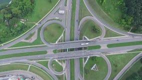 上升在高架桥交叉路的缓慢的垂直 影视素材