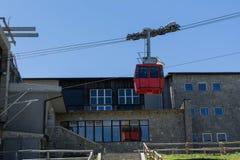上升在高Tatras的上面的红色空中览绳 库存照片