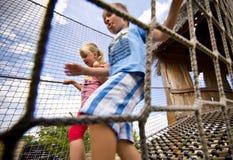 上升在绳梯的孩子 免版税库存照片