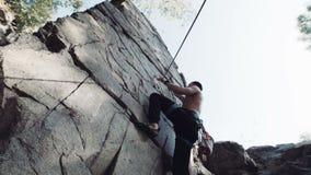 上升在cliffed岩石套住的人 影视素材