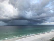 上升在Mirimar海滩FL的暴风云 免版税库存图片