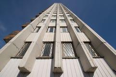 上升墙壁的高天空 库存照片