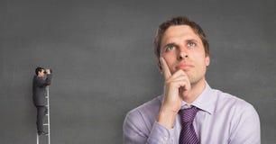 上升小企业的人看一个大笔生意人 免版税图库摄影
