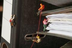 上升微型人员的黏合剂 免版税库存图片