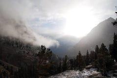 上升惠特尼山脉的斯诺伊日 库存图片