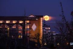 上升接近旅馆Caro的超级名门出身月亮在布加勒斯特 免版税库存照片