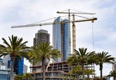 上升沿圣地亚哥` s江边的新的大厦 免版税库存图片