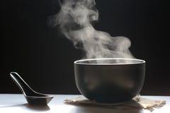 上升用方便面热的汤的烟选择聚焦  图库摄影