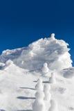 上升由一个冰冷的山顶决定的雪人 图库摄影