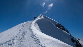 上升由勃朗峰决定的登山家 库存照片