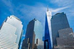 上升由在更低的曼哈顿的天空决定的摩天大楼,包括自由塔 免版税库存照片