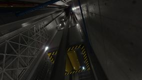 上升电梯举在电梯技术和工业概念里面的看法 库存照片