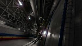 上升电梯举在电梯技术和工业概念里面的看法 免版税库存图片