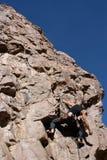 上升登山人岩石 免版税图库摄影