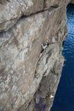 上升的伙伴做上升到岩石墙壁 免版税库存图片