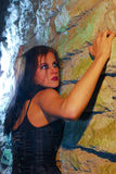上升的女孩goth墙壁 库存照片