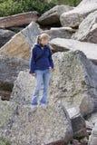 上升的岩石妇女年轻人 库存照片