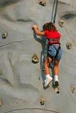 上升的接近的女孩岩石  库存照片