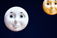 上升的月亮和落日在儿童的样式反对满天星斗的天空 免版税库存照片