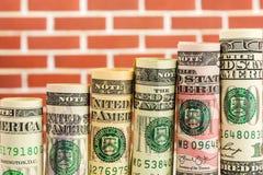 上升的步由所有美国美元钞票制成卷  免版税库存照片