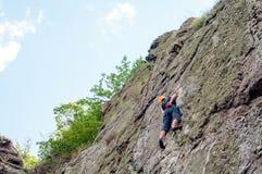 上升的结岩石系住二 一个年轻登山人攀登一个垂直的花岗岩岩石 极其体育运动 免版税图库摄影