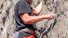 上升的结岩石系住二 登山人特写镜头 极其体育运动 一个年轻登山人攀登一个垂直的花岗岩岩石 免版税图库摄影