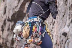 上升的结岩石系住二 登山人特写镜头 极其体育运动 一个年轻登山人攀登一个垂直的花岗岩岩石 库存图片