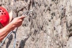 上升的结岩石系住二 登山人特写镜头 极其体育运动 一个年轻登山人攀登一个垂直的花岗岩岩石 免版税库存照片