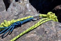 上升的绳索的片段在岩石的 库存图片