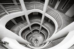 上升的螺旋形楼梯下来,黑白 库存图片