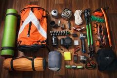 上升的设备:系住,迁徙鞋子,钉书针,冰工具,冰斧,冰螺丝,顶视图 免版税库存图片