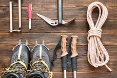 上升的设备:系住,迁徙鞋子,起重吊钩,冰工具, i 免版税库存照片