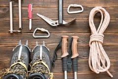 上升的设备:系住,迁徙鞋子,起重吊钩,冰工具, i 免版税图库摄影