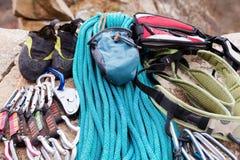 上升的设备-氧化镁的一个袋子在一条上升的绳索说谎 免版税库存图片