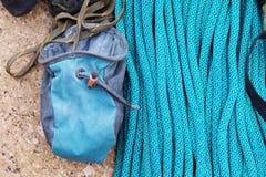 上升的设备-氧化镁的一个袋子在一条上升的绳索说谎 免版税库存照片