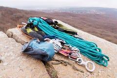 上升的设备-氧化镁的一个袋子在岩石说谎在绳索和carabines旁边 库存照片