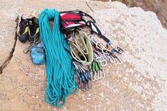 上升的设备-绳索和马枪视图从顶面特写镜头 说谎在地面上的一条卷起的上升的绳索作为a 免版税图库摄影