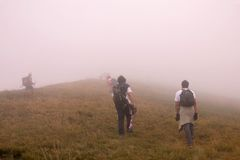 上升的雾峰顶 免版税库存图片
