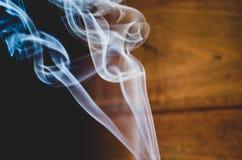 上升的香火烟 免版税库存照片