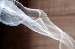 上升的香火烟 免版税图库摄影
