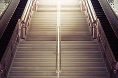 上升至光的隧道楼梯 免版税图库摄影