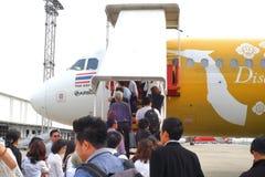 上升至有亚洲航空航空公司的一架飞机的许多乘客 免版税库存照片