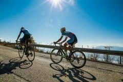上升骑自行车的人在末端之前 库存照片