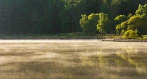 上升从湖的薄雾全景 库存照片