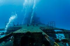 上升从潜水者的泡影探索海难金属框架  免版税库存图片