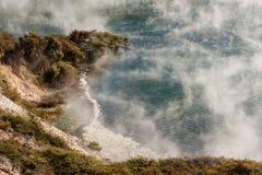 上升从热量湖的蒸汽在Waimangu 免版税库存图片