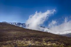 上升从Cairngiorms的云彩 免版税库存照片