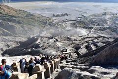 上升Java Mt布罗莫火山的人,东爪哇,印度尼西亚 免版税库存图片