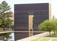 9:03上午端墙、反射性水池和花岗岩走道,俄克拉何马市纪念品 免版税库存图片